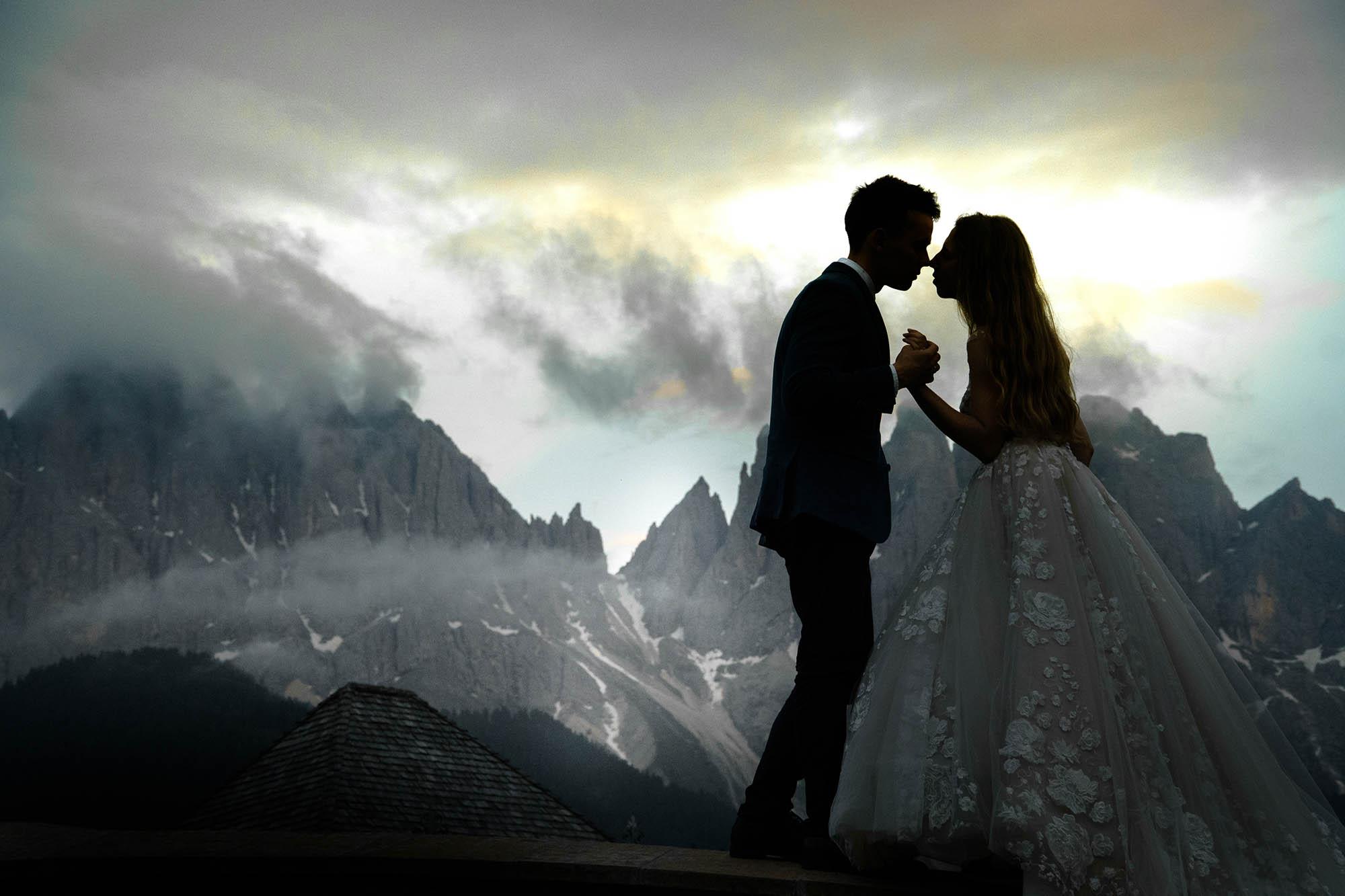 kissing wedding photography