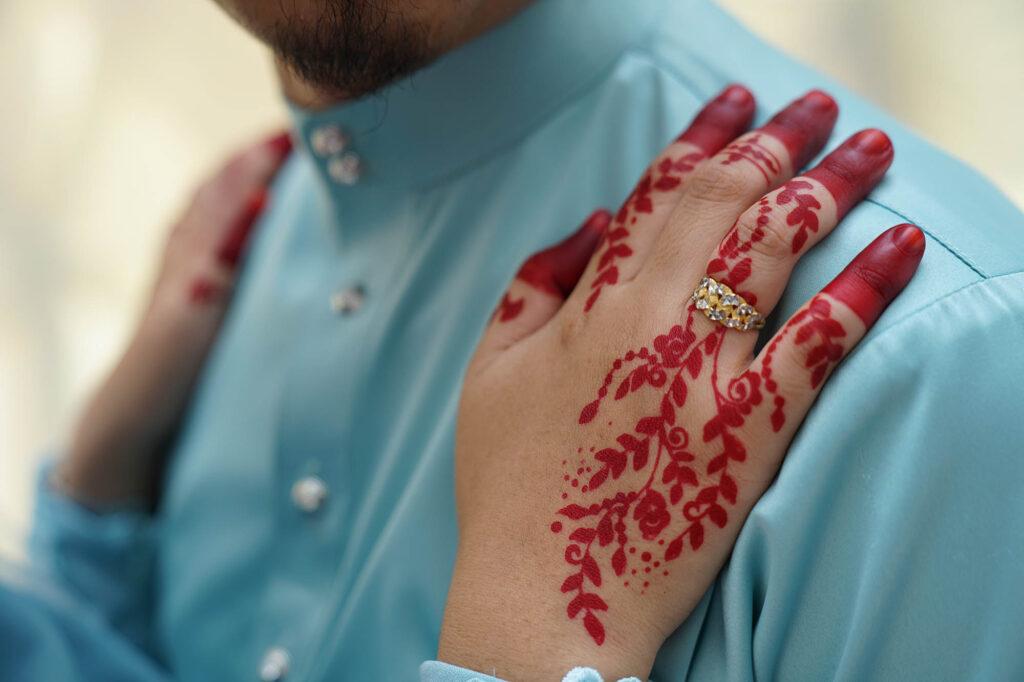 bride hand with henna arts